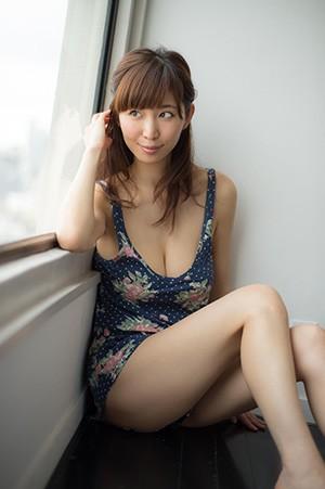窓際に座って美バストを強調している塩地美澄の画像♪