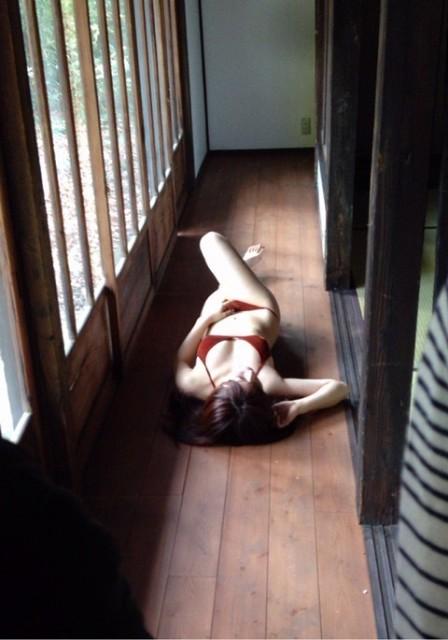 大澤玲美が縁側で寝そべる